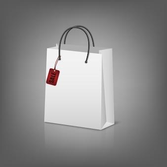 Пустые бумажные сумки с тегом продажи.