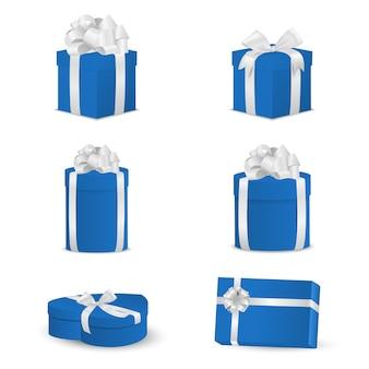 Набор синих подарочных коробок с белыми бантами и лентами.