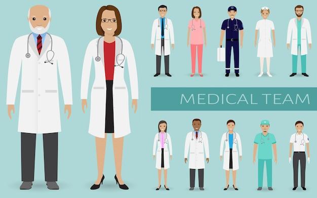 医療チーム。医師、看護師、その他の病院スタッフが一緒に立っているグループ。