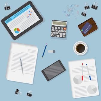 タブレット、スマートフォン、金融およびビジネスオブジェクトを含むオフィスデスクの眺め。
