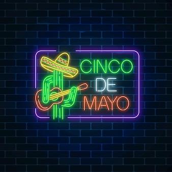 Мексиканский фестиваль флаера с гитарой, кактусом и шляпой сомбреро. светящийся неоновый знак праздника синко де майо.