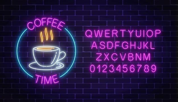 Неоновая вывеска кофейни в круговой рамке с алфавитом на темной кирпичной стене