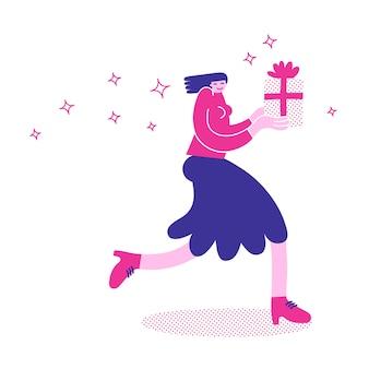 Счастливая девушка бежит с подарочной коробкой в руках