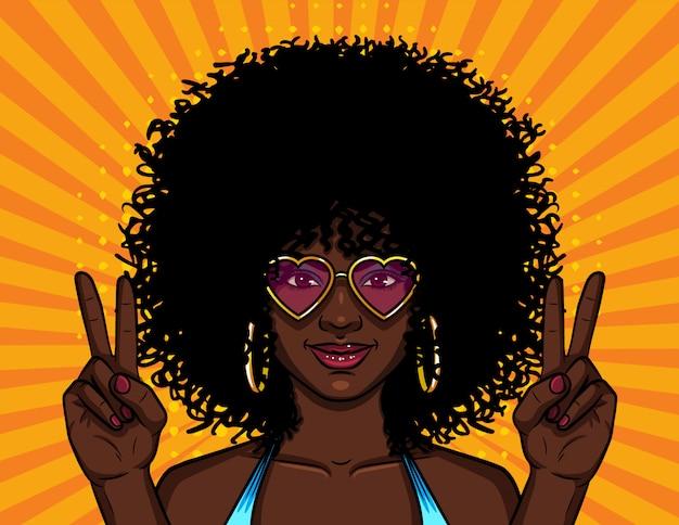 巻き毛のアフロの髪型を持つ女性