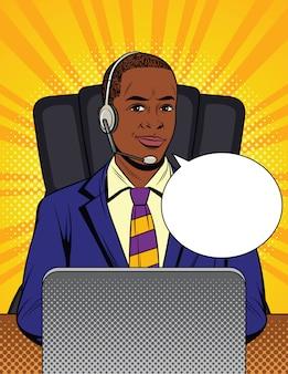 Афро-американский парень в костюме работает в колл-центр