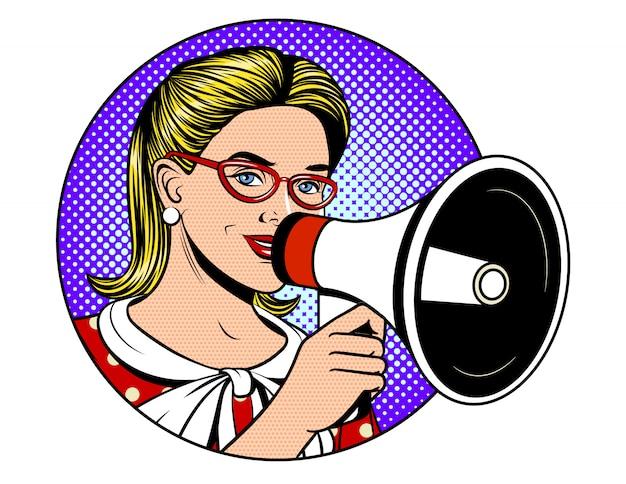 青いドット背景にスピーカーを保持している美しい少女のポップアートコミックスタイルのイラスト。ニュースを伝えるメガホンで幸せな女性の顔。情報を発表する若い女性
