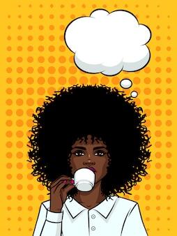 コーヒーを飲みながら肌が黒い美しいビジネス女性。ポップなアートスタイルの背景にコーヒーのカップを持つアフロアメリカンタイプの女の子。女の子は吹き出しと彼女の手でお茶を飲みながら顔します。
