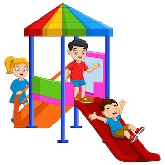 遊び場で楽しんでいる漫画の子供たち