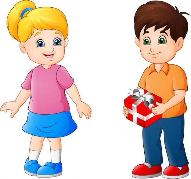 Милый маленький мальчик дает подарок девушке