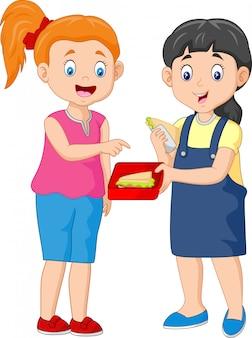 Милая девушка делится бутерброд с другом