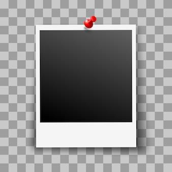 Пустая фоторамка с красной канцелярской кнопкой