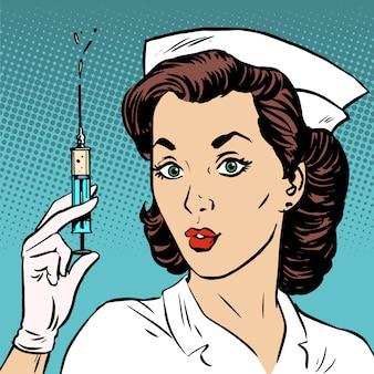 レトロな看護師が注射器に薬の健康を与える