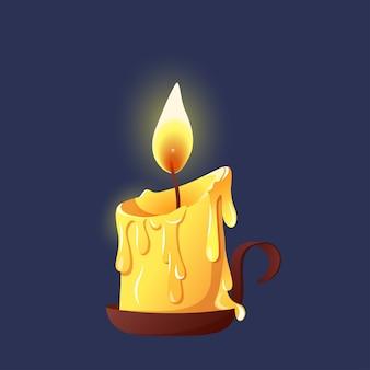 Горящая восковая свеча на подсвечнике.