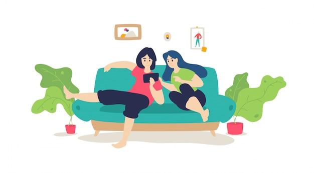 夫婦はソファーで休んでいます