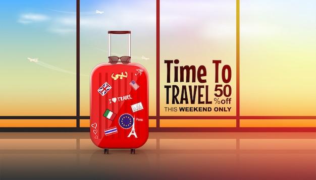 雲と空飛ぶ飛行機とサンシャイン空の空港ターミナルでスーツケースを旅行します。