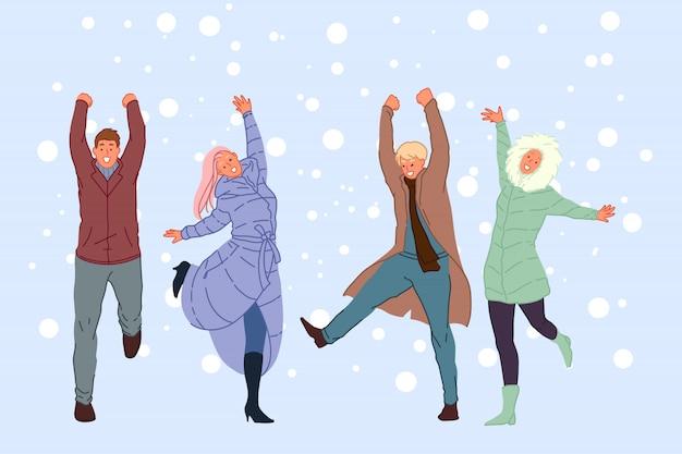 Прогулки с друзьями на свежем воздухе, зимние развлечения, концепция отдыха в снежную погоду