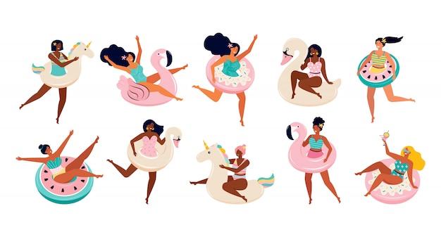 水泳用の膨脹可能なフロート付きの水着姿の女性の大きなセット。プール、ユニコーン、フラミンゴ、ドーナツ、白鳥、スイカのおもちゃ。女友達は夏のビーチパーティーやプールサイドで楽しい時を過す