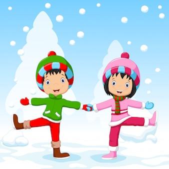 冬で楽しんでいる男の子と女の子