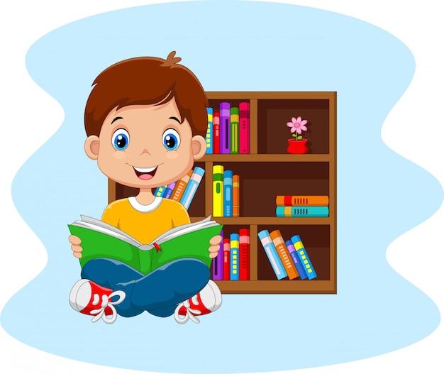 本を読んで小さな男の子