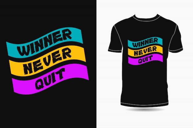 Победитель никогда не бросает типографику премиум дизайн футболки