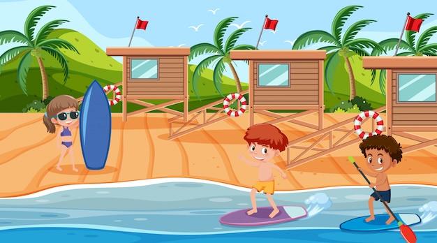子供たちが海でサーフィンをするシーン