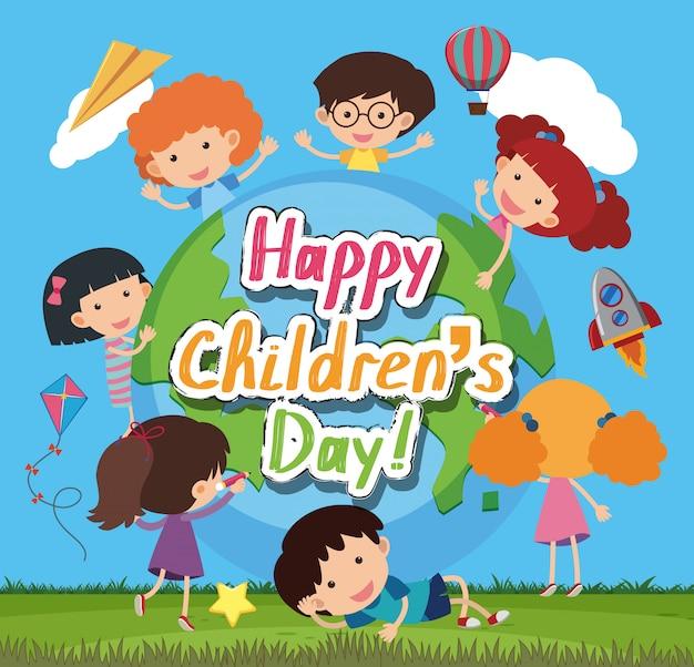 Счастливый день детей со счастливыми детьми на фоне парка