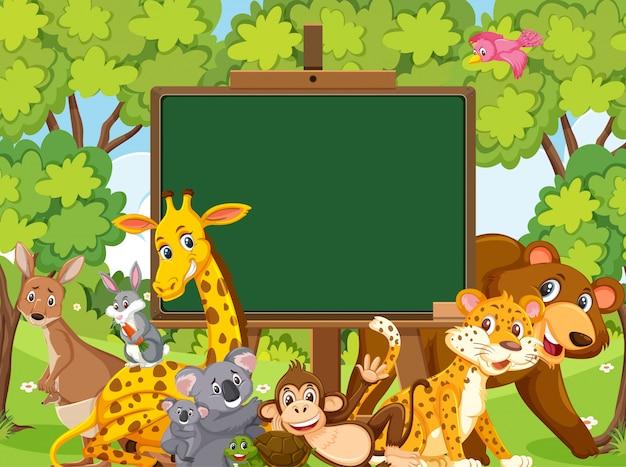 森の中の野生動物と黒板テンプレート