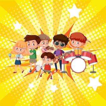 Счастливые дети играют на разных инструментах в группе