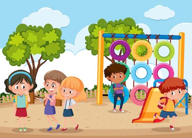 Сцена с ребенком издевательства над своим другом в парке