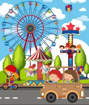 多くの子供たちが公園で遊んでいるシーン