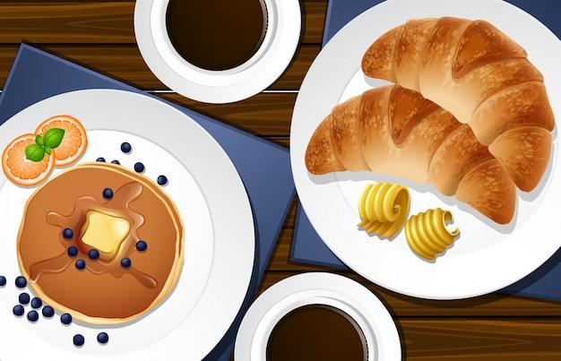テーブルのクロワッサンとパンケーキ