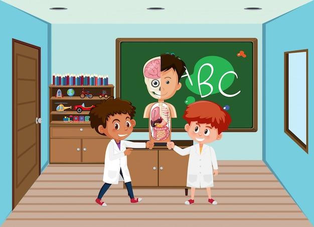 Студент в классе анатомии науки