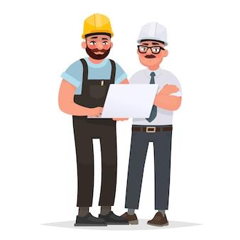 Двое мужчин промышленных инженеров в шлемах обсуждают проект с помощью ноутбука. работа на производстве