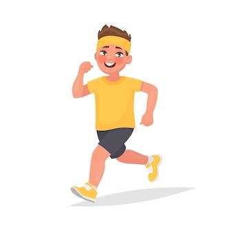Счастливый мальчик бегает