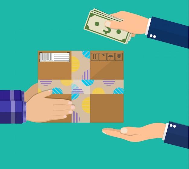 Человеческая рука держит деньги и платит за посылку