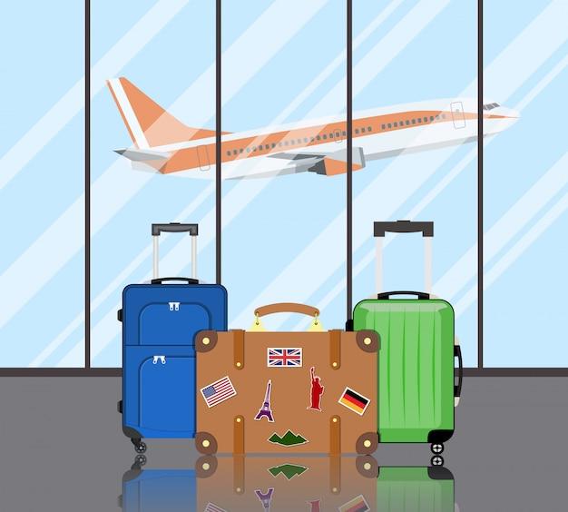 空港での旅行スーツケース