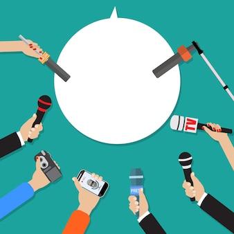 Несколько рук журналистов с микрофонами