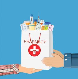 異なる医療薬と白いショッピングバッグ