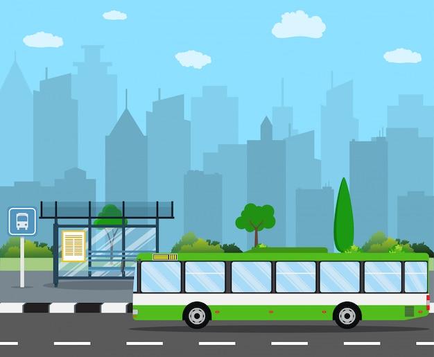 街のスカイラインとバス停