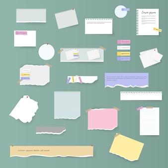 Комплект сорванных горизонтальных белых и красочных бумажных полос, примечаний и тетради на серой предпосылке. рваные листы тетради, разноцветные листы и кусочки рваной бумаги.