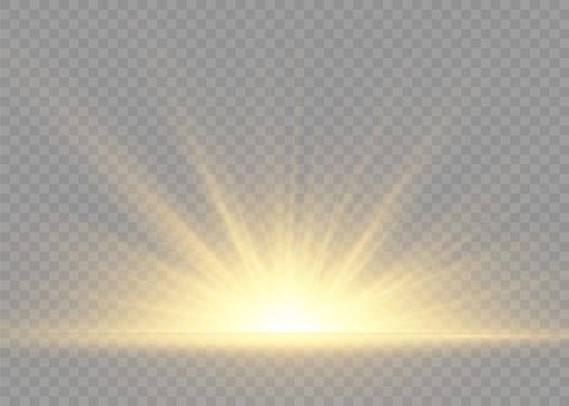 光線とスポットライトで太陽のフラッシュ。星は輝きをもって爆発しました。黄色の白熱灯は太陽光線です。特別なライト効果は透明な背景に分離されました。