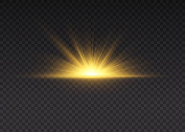 黄色の白熱灯は太陽光線です。光線とスポットライトで太陽のフラッシュ。星は輝きをもって爆発しました。特別なライト効果は透明な背景に分離されました。