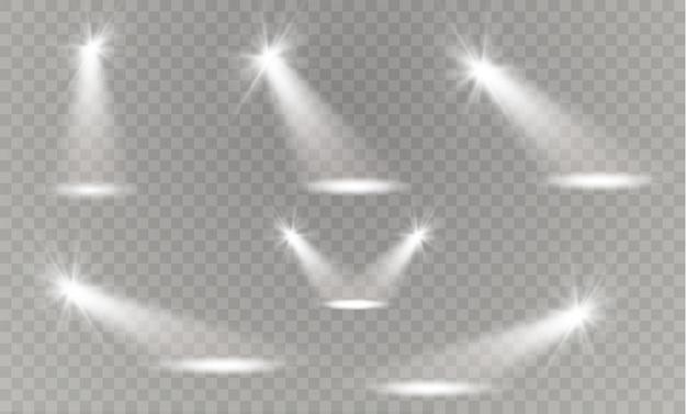 透明な置かれた背景に現実的な白灰色の光るスポットライト。劇場スタジオ、シーン照明。魔法の、明るい、グラデーションの光の効果。