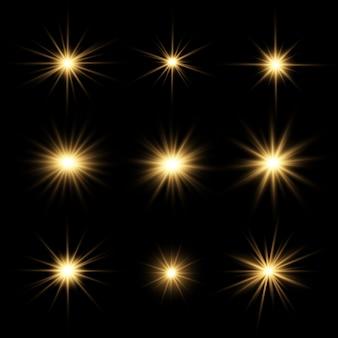 明るい星のセット。透明な背景に黄色の輝く光が爆発します。透明な太陽、明るいフラッシュ。明るいフラッシュを中央に配置します。きらめく魔法の粉塵粒子。きらめき。