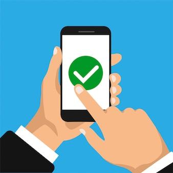手は、スマートフォンと指のタッチスクリーンを保持しています。スマートフォン画面のチェックボックス。リストの概念を行うには。ビジネスマンはボタンを受け入れ、それをクリックします。