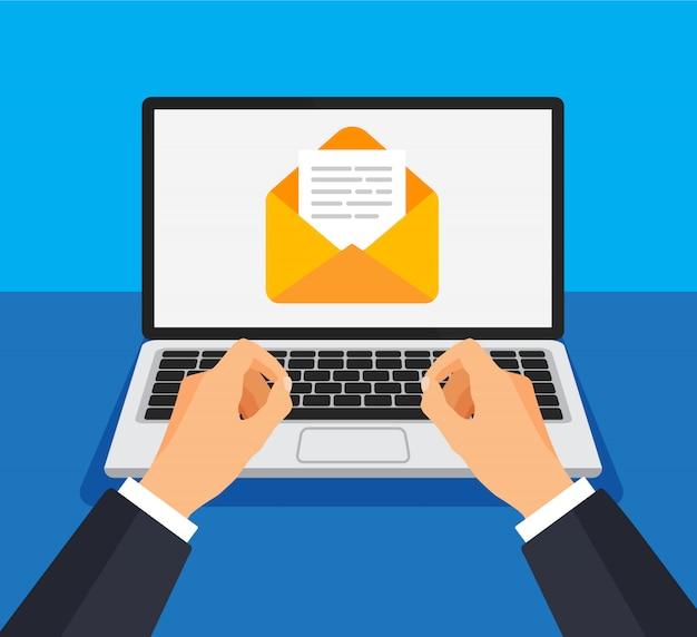Бизнесмен открывает или создает новое письмо на ноутбуке.