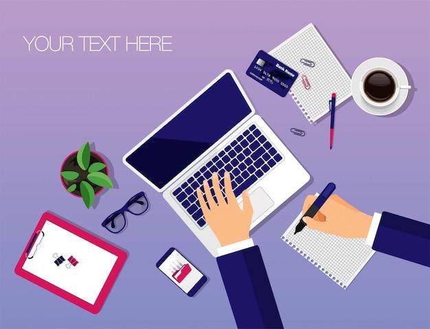 ベクトルワークスペーストップビュー。トレンディなスタイルのモダンなビジネスワークデスク。手がコンピューターに入力しています。ラップトップ、ノート、鉛筆、眼鏡、スマートフォン、コーヒー、クレジットカード、クリップボード。