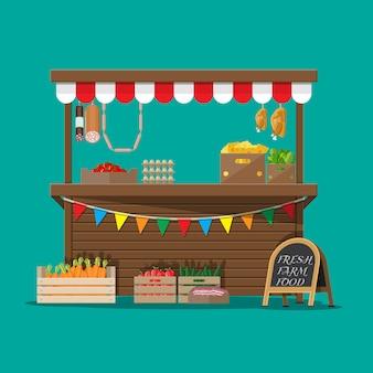 食料品でいっぱいの市場の屋台