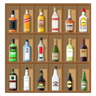 アルコール飲料のコレクション。棚の上のボトル