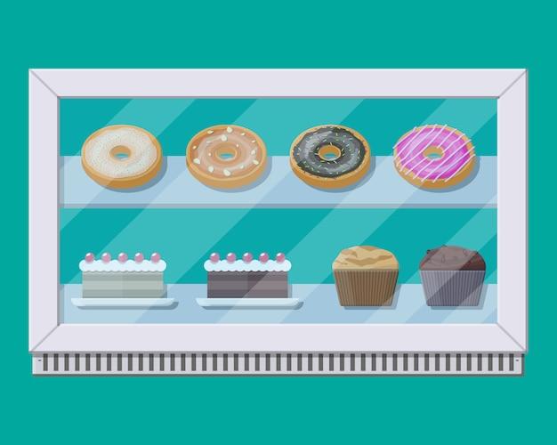 ケーキやペストリーが入ったベーカリーショップのガラス冷凍庫。